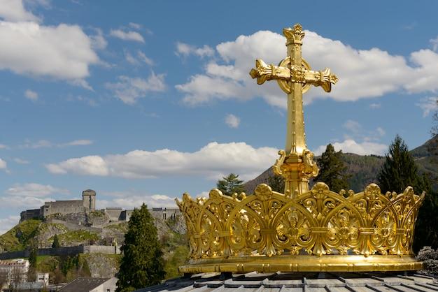 De vergulde kroon en kruis in lourdes