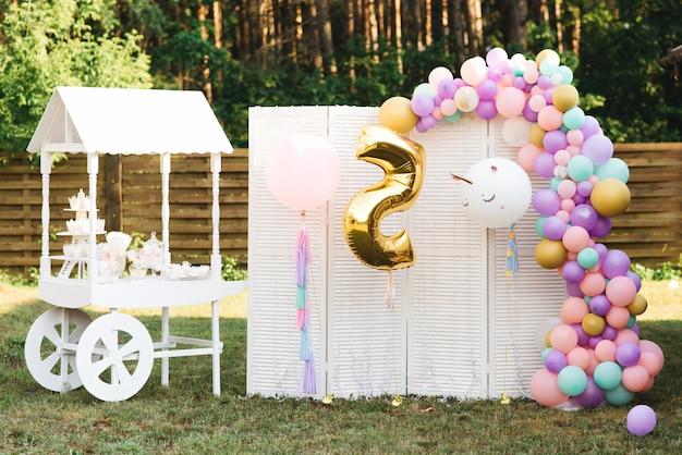 De verjaardagspartij van de kinderen van de suikergoedbar, witte en roze, selectieve nadruk. mooi fotozone meisje van 5 jaar oud