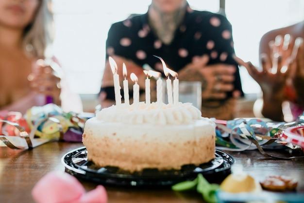 De verjaardagstaart ophalen