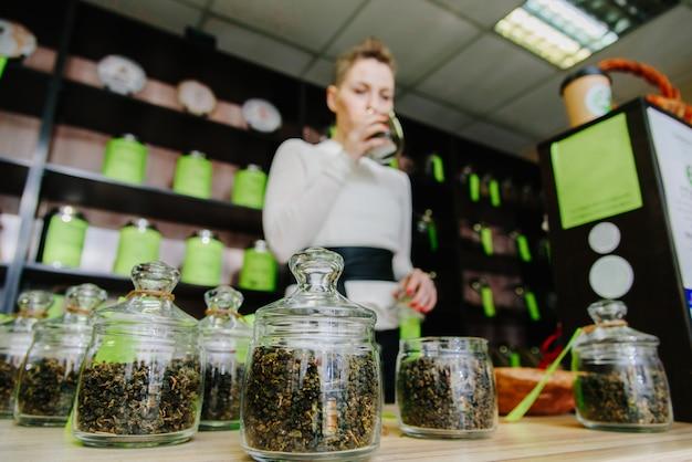 De verkoper aan de balie ruikt thee