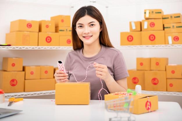 De verkoper bereidt de bezorgdoos voor de klant voor