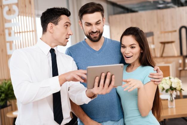 De verkoper toont voorbeelden van skin op de tablet.