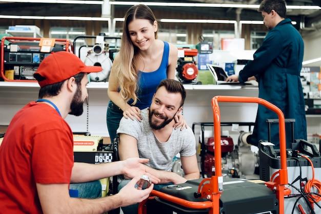 De verkoper vertelt over de functies van de nieuwe generator.