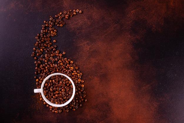 De verkwikkende ochtendkoffie met zoetigheden. het kan als achtergrond worden gebruikt