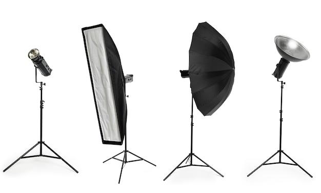 De verlichtingsapparatuur van de fotostudio op wit wordt geïsoleerd dat