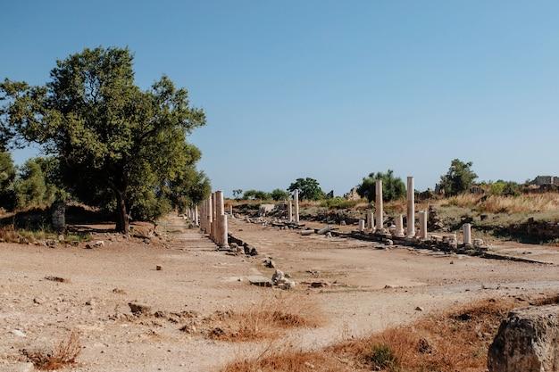 De vernietiging van de kolonie zijn de overblijfselen van de griekse cultuur in de stad side, turkije. archeologische vindplaats in een toeristisch stadje.