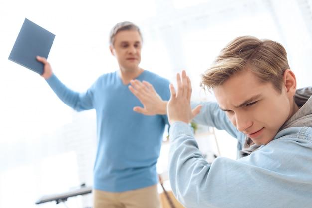 De verontruste tiener behandelt zich met handen.