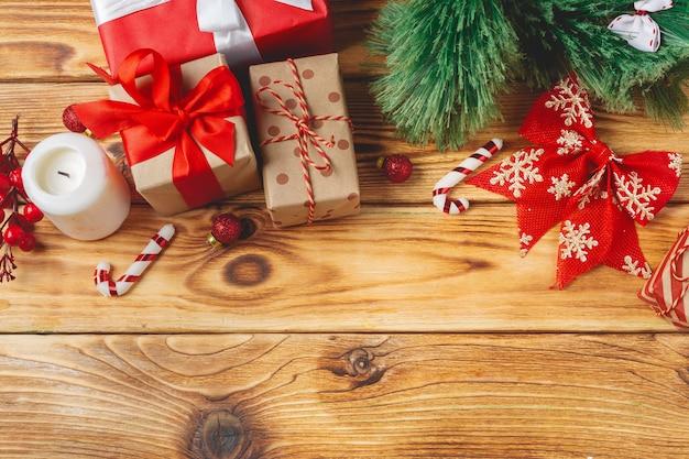De verpakte dozen van de kerstmisgift met linten op lijst