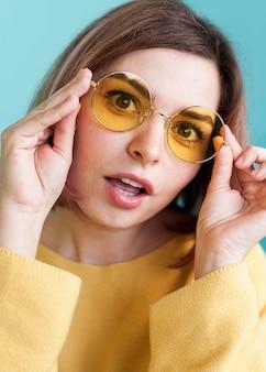 De verraste glazen van de vrouwenholding dicht omhoog