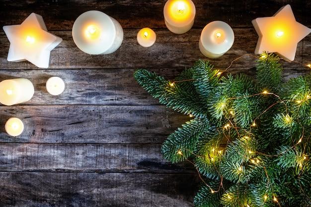 De verscheidenheid van witte kaars en kerstboombrunch als feestelijke vlakke achtergrond, legt