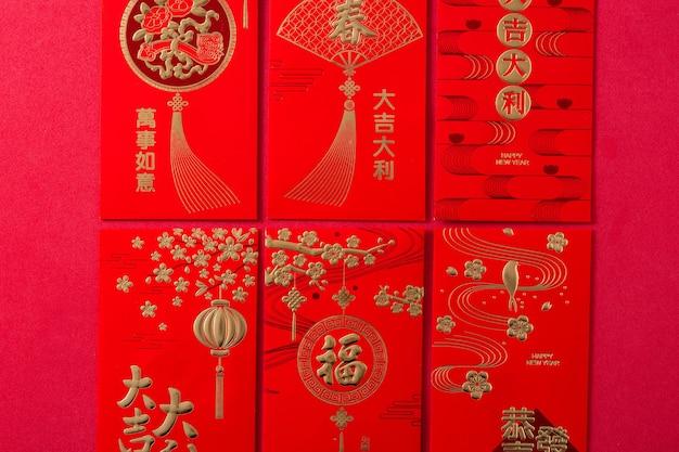 De verschillende enveloppen van het chinese nieuwjaarfestival op rode achtergrond.