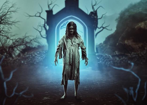 De verschrikkelijke gotische zombie bij een ingang van de begraafplaats. halloween.