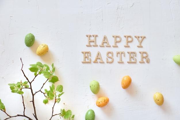 De verse de lentekalk verlaat groene en gele decoratieve eieren en copyspacespace