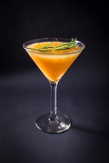De verse drank van de alcoholcocktail op zwart Premium Foto