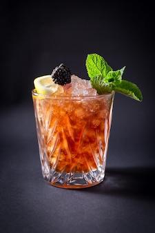 De verse drank van de alcoholcocktail op zwart