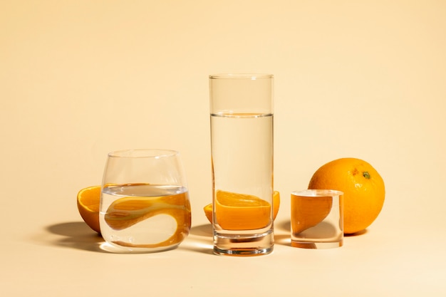 De verse fruitsinaasappel en drinkt water