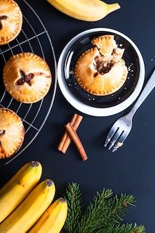 De verse gebakken eigengemaakte banaan van het voedselconcept bevordert handpastei op zwarte