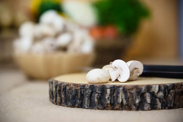 De verse groente van de champignonpaddestoel in de keuken