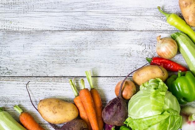 De verse groenten van de landbouwersmarkt op houten achtergrond
