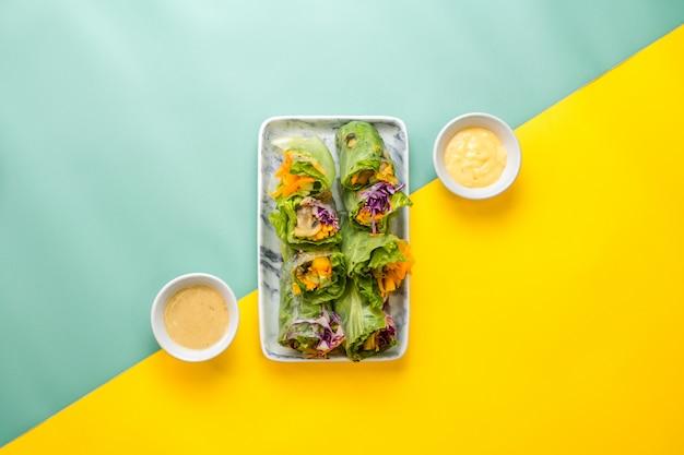De verse groentesalade met 2 verschillende soorten dressing.
