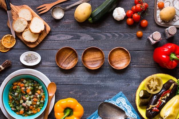 De verse groentesoep maakte thuis, op houten rustieke lijst, hoogste mening