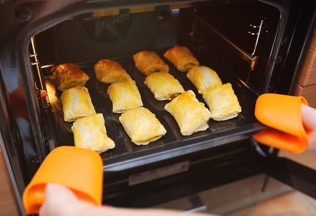 De verse hete bladerdeegpastei in de oven sluiten omhoog