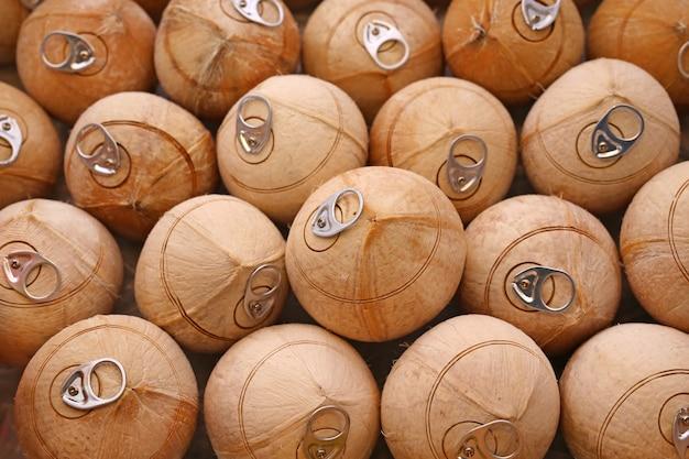 De verse kokosnotenachtergrond kan hulpmiddel op bovenkant openen