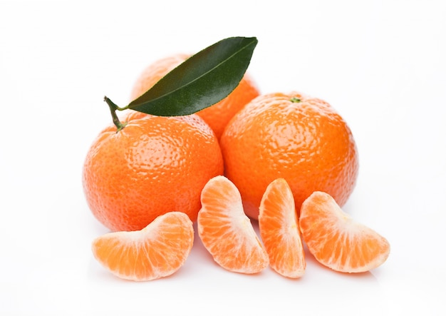 De verse organische vruchten van mandarinsmandarijnen met bladeren op witte achtergrond