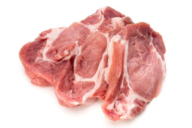 De verse plakjes van het varkensvarkensvlees die op wit worden geïsoleerd.