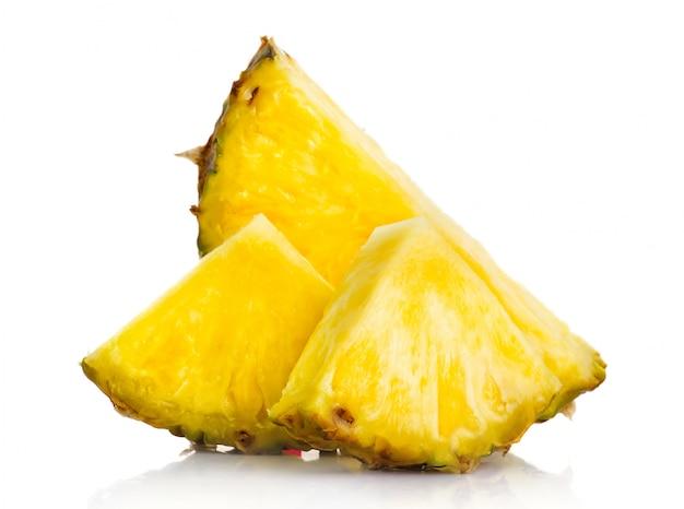 De verse plakken van het ananasfruit die op wit worden geïsoleerd
