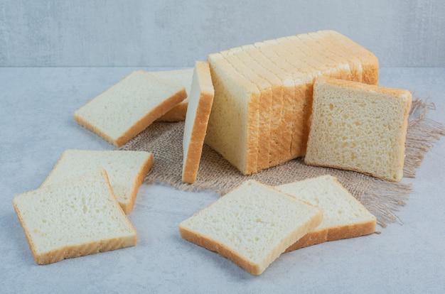 De verse plakken van het toostbrood op jute. hoge kwaliteit foto