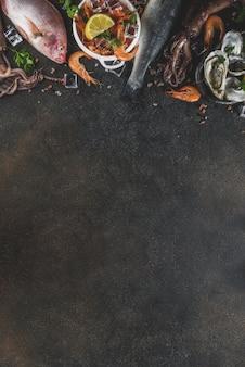 De verse ruwe vissen van de de garnalenoester van de zeevruchtenpijlinktvis vissen met kruiden van kruidencitroen op de donkere roestige mening van de lijstbovenkant