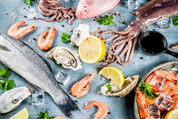 De verse ruwe vissen van de de garnalenoester van de zeevruchtenpijlinktvis vissen met kruiden van kruidencitroen