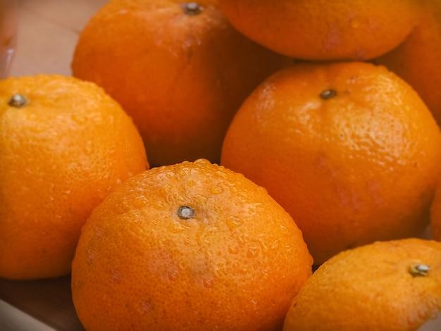 De verse sinaasappel op houten kist