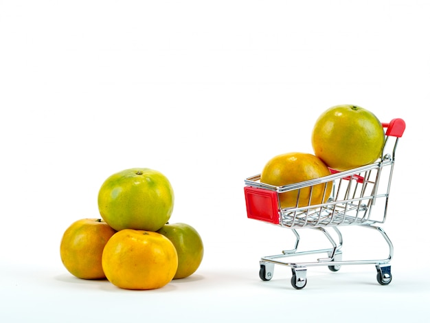 De verse sinaasappelen en winkelwagentje, mand winkelen concept met witte achtergrond