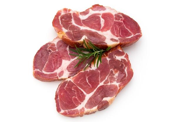 De verse staak van het varkensvlees die op wit wordt geïsoleerd