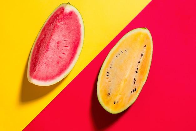 De verse watermeloen op gele en rode studioachtergrond