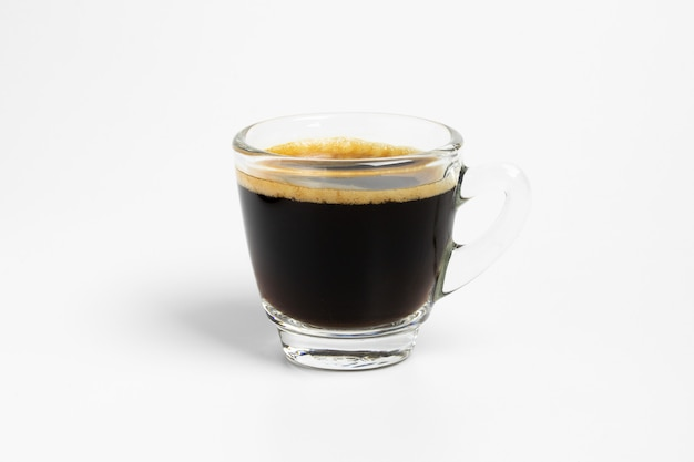 De verse zwarte koffie geschotene kopmok isoleert op witte achtergrond