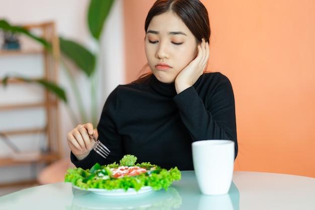 De verveelde vrouw wil niet eten