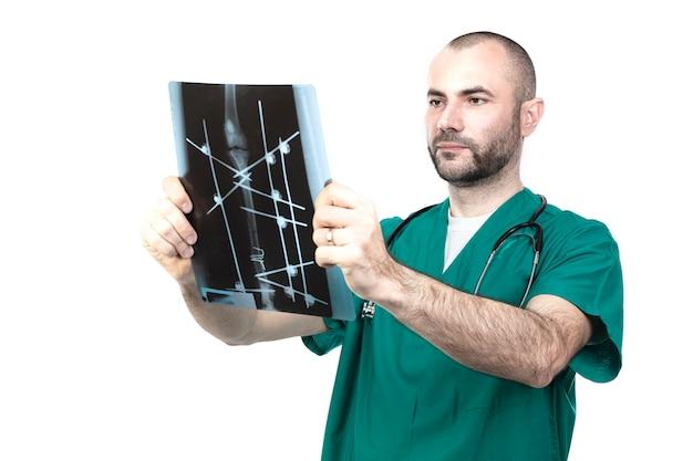 De veteraan op het werk onderzoekt een röntgenstraal van een hondbreuk.