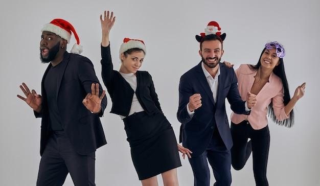 De vier gelukkige zakenmensen op een kerstfeest