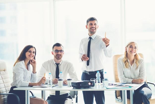 De vier zakenmensen kijken een presentatie bij de projector