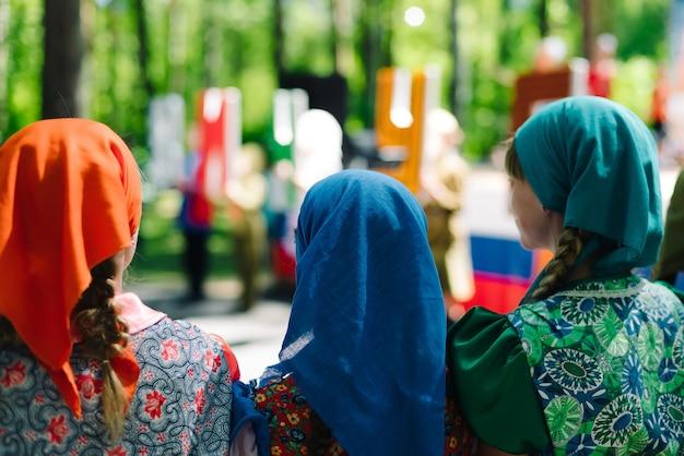 De viering van de stad vichuga in rusland. kinderen treden op in klederdracht