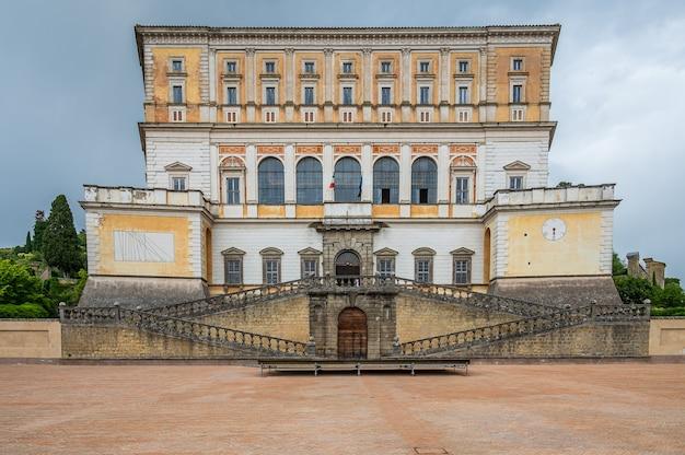 De villa farnese, ook bekend als villa caprarola, een vijfhoekig herenhuis in de stad caprarola in de provincie viterbo, noord-lazio, italië