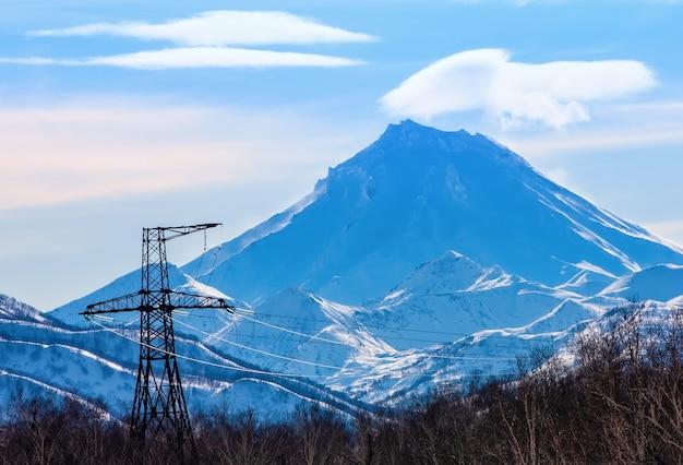 De vilyuchinsky-vulkaan op kamchatka en hoogspanningslijn
