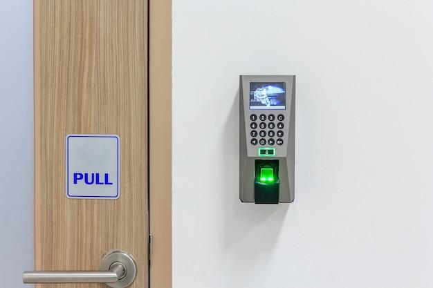 De vingerafdrukscanner-besturingsmachine voor opnametijd, vingerafdrukscanner op de muur