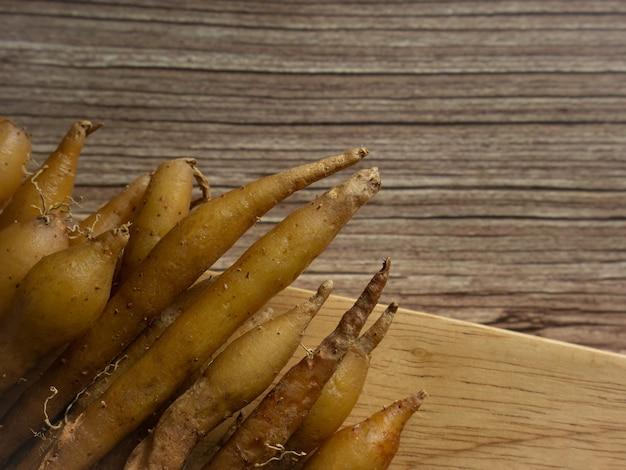 De vingerwortel op houten tafel close-up beeld voor voedsel en medisch concept