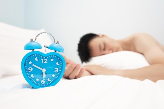 De vintage metalen wekker op de slaapkamer geeft de tijd per uur weer