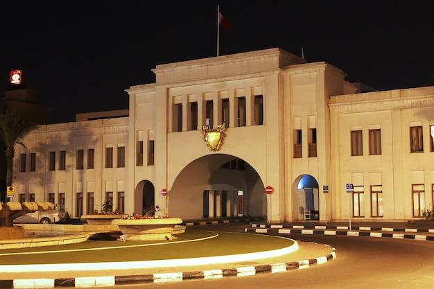De vintage poort bab el-bahrain souk in manama bahrein
