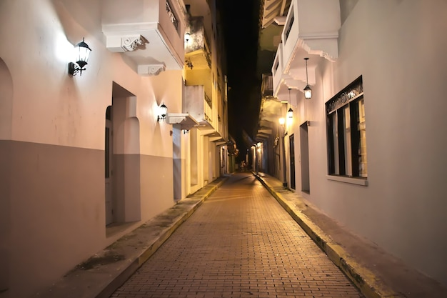 De vintage straat in casco viejo in panama-stad 's nachts, midden-amerika